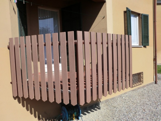 Terrazze e balconi deck composito prodotti in for Ringhiere in legno per esterni